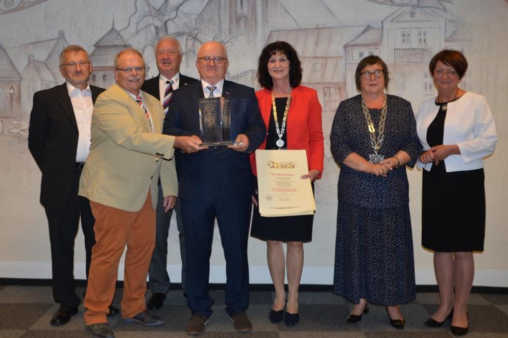 Michal Podsada (Vierter von links) erhielt die Partnerschafts-Ehrenstele der Stadt Marktheidenfeld